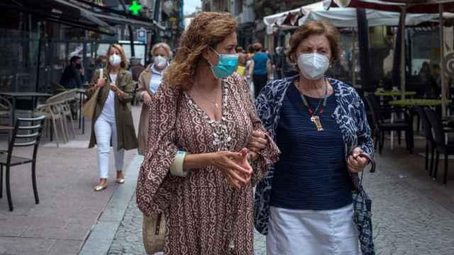 Dos mujeres caminan con mascarilla por una céntrica calle de Ourense.
