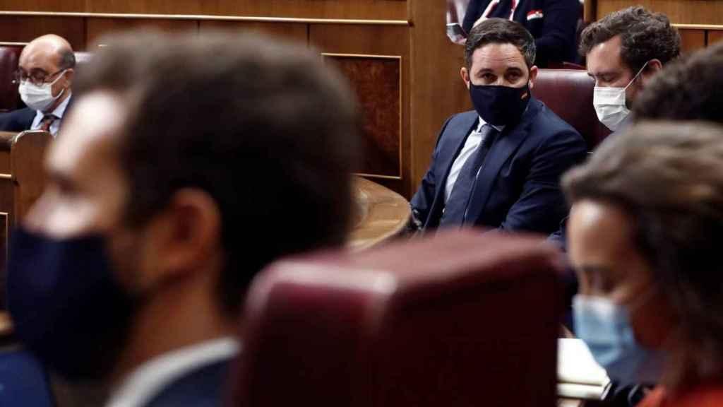 Casado y Abascal, en sus escaños durante un pleno parlamentario.