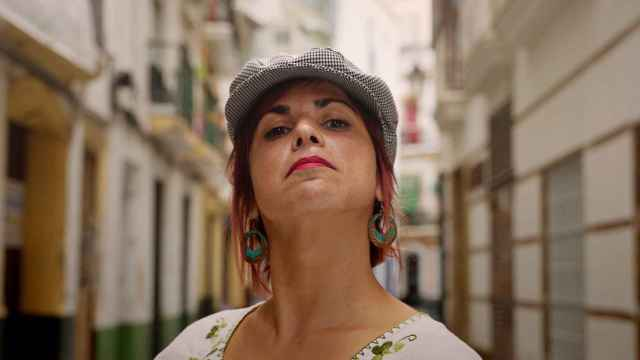 La diputada andaluza Teresa Rodríguez con una gorra de chulapa.