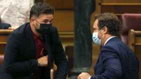 Gabriel Rufián (ERC) conversa con Iván Espinosa de los Monteros (Vox) en el Congreso.