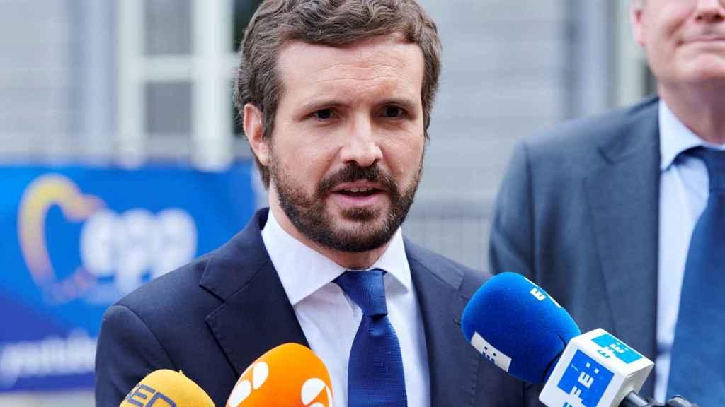 El presidente del PP, Pablo Casado, atiende a la prensa en Bruselas.
