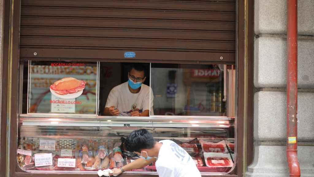 Dos trabajadores en un restaurante de Madrid
