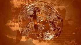 Un montaje con una moneda de bitcoin.