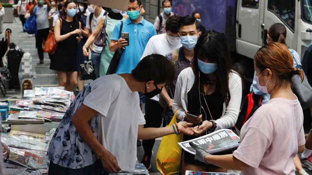 Las colas en Hong Kong para comprar la última edición del Apple Daily.