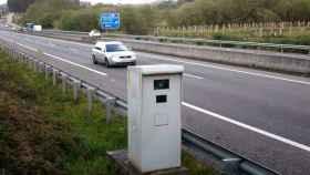 Uno de las radares de la DGT controla la velocidad en una autovía de España.
