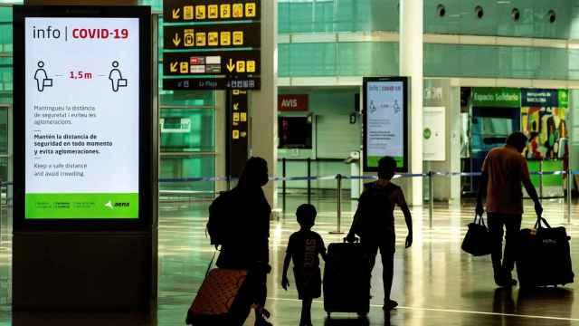 Viajeros con mascarillas en el aeropuerto de El Prat, en Barcelona.