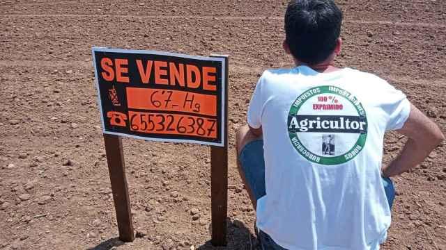 El agricultor Ismael Navarro en la parcela que ha puesto a la venta.