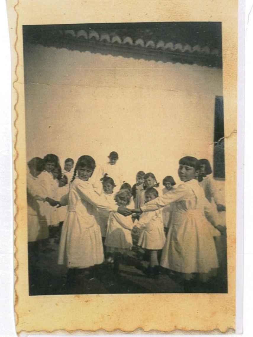 Algunas niñas en el colegio de Macharaviaya años después.