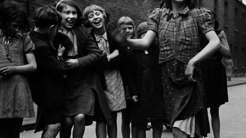 Joven del East End bailando «The Lambeth Walk», marzo de 1939