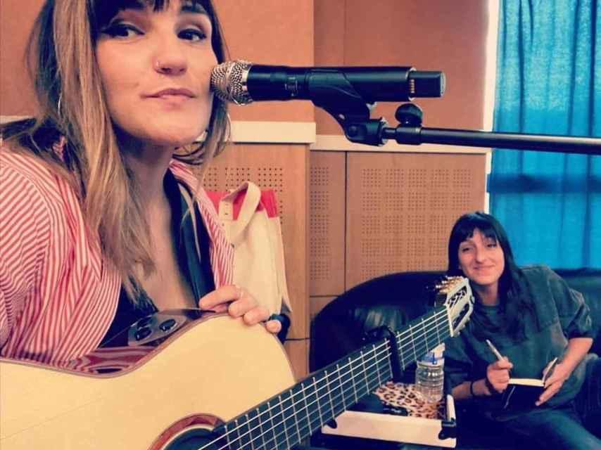 Rozalen y Bea, cantante e intérprete de signos sobre el escenario.