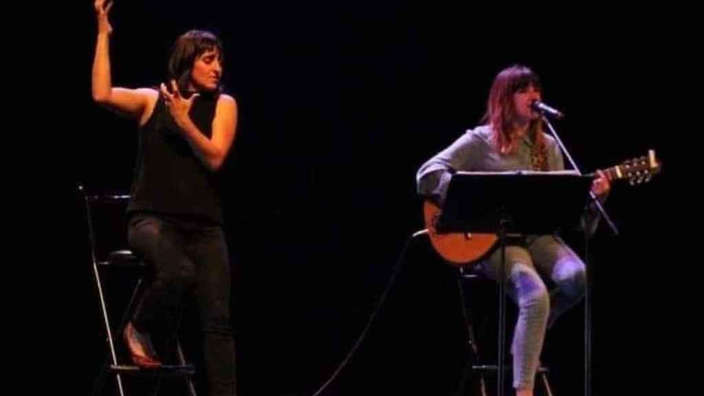 Rozalén y Bea, en el escenario.