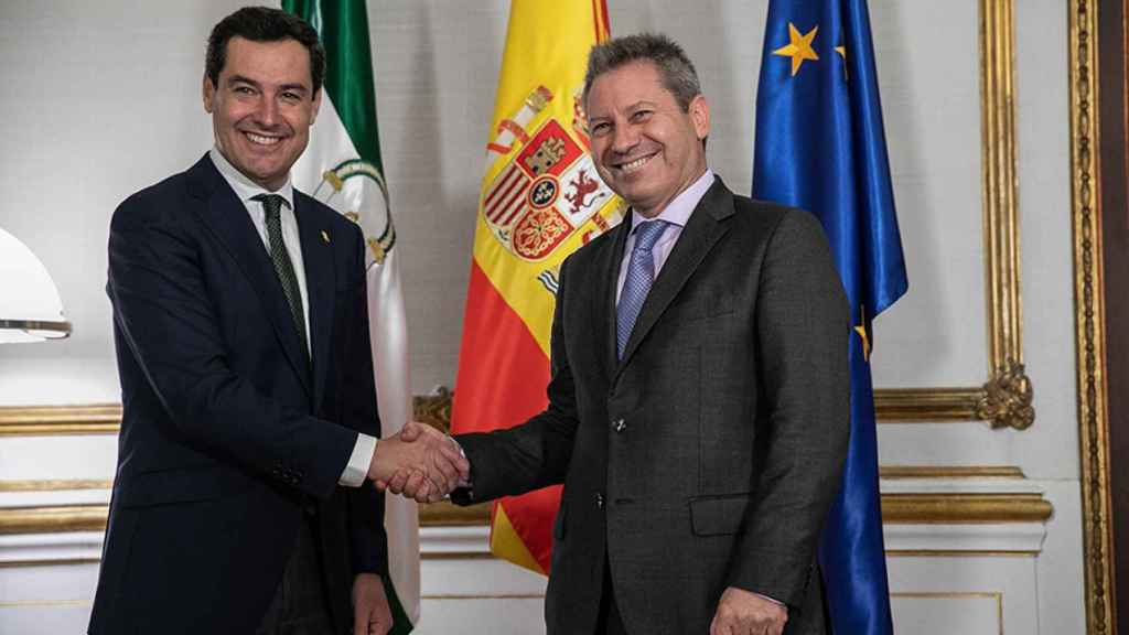 Imagen de archivo del presidente de la Junta, Juanma Moreno, y el presidente de Airbus España, Alberto Gutiérrez.
