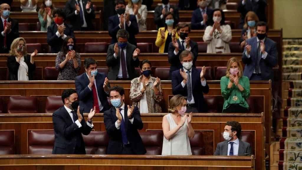 Casado, aplaudido por la bancada del PP en el Congreso.