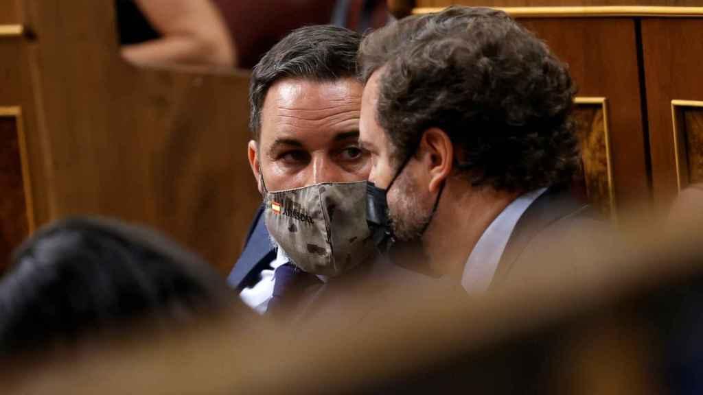 Abascal, en su escaño, junto al portavoz de Vox, Iván Espinosa de los Monteros.