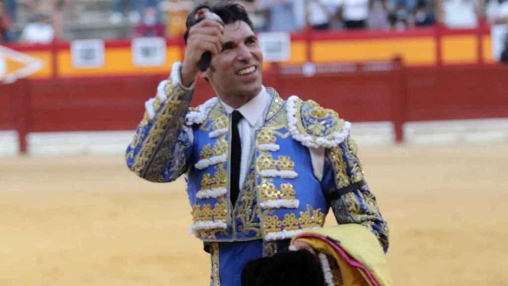 Cayetano conectó mucho con los tendidos de la plaza y su entrega le valió la salida a hombros.