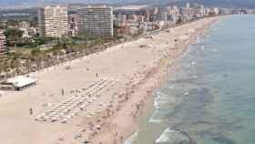 Vista de la Playa de San Juan en Alicante con todas las medidas anticovid.