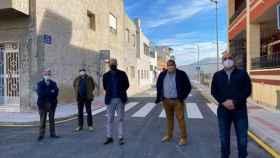 Concejales de Orihuela, con el alcalde Emilio Bascuñana en el centro, en la calle de Casas Baratas en una imagen del mes de febrero.