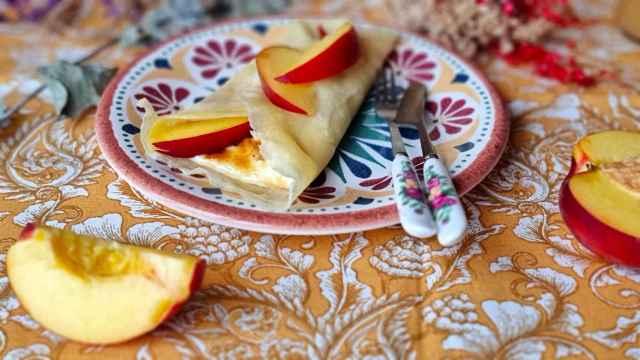 Crepes de nectarina y crema catalana, una postre con fruta