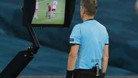 Árbitro revisando el VAR durante la Eurocopa