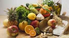Frutos secos y frutas son fuentes de vitamina B3.