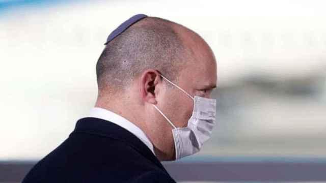 El primer ministro, Naftali Bennett, usando una mascarilla.