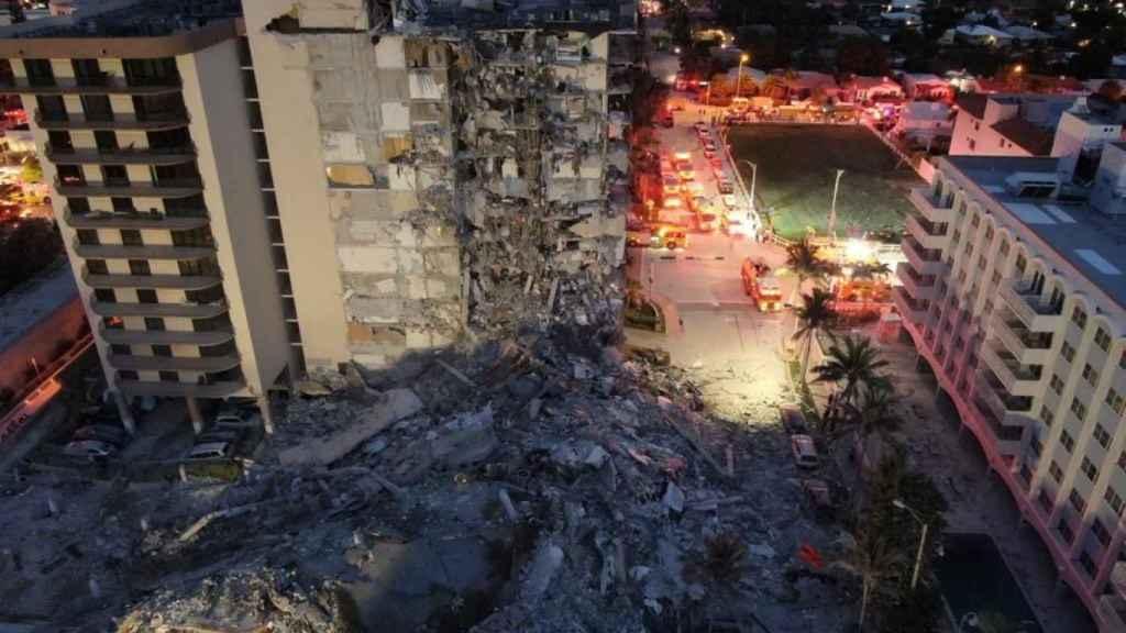 Imagen aérea del edificio de 12 pisos derrumbado en Miami.