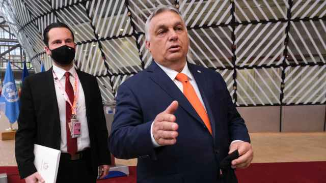 El primer ministro de Hungría, Viktor Orbán, habla a la prensa a su llegada a la cumbre de la UE