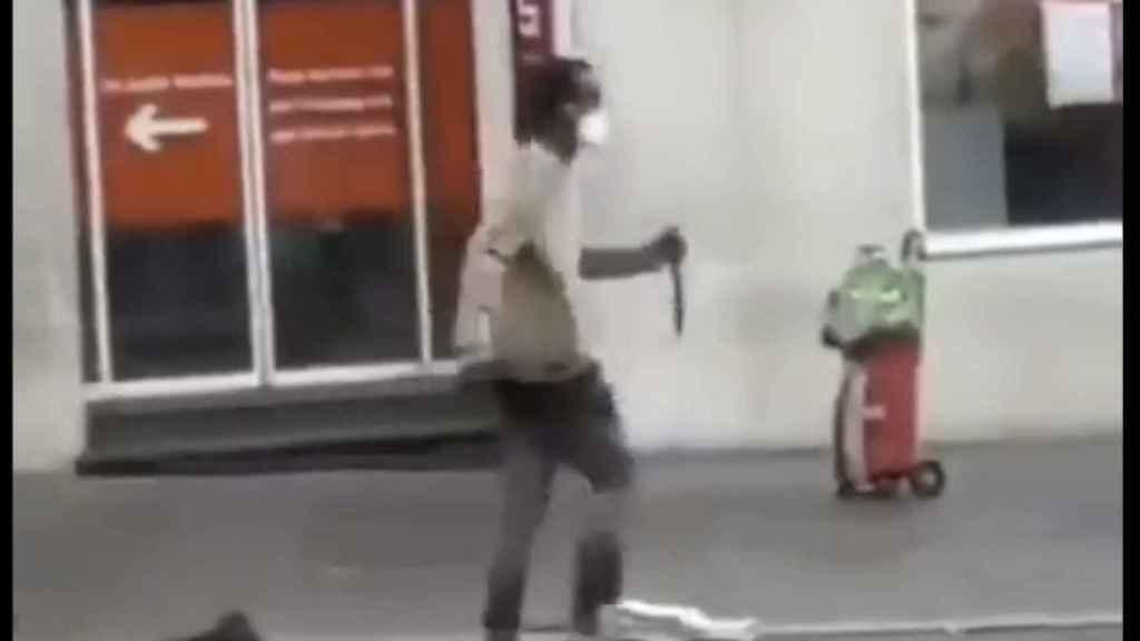 Imagen del agresor portando el cuchillo en las calles de Wurzburgo.