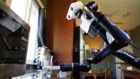 Así es el robot mayordomo que puede limpiar la encimera de casa.