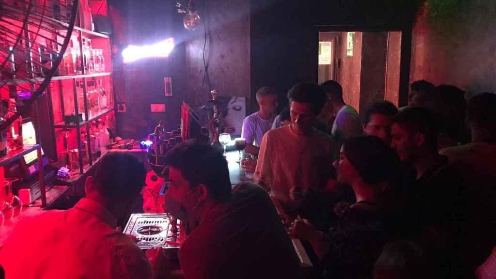 Un grupo de personas baila y disfruta en el interior de una discoteca de Madrid.