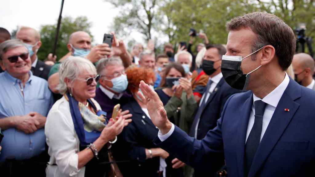 El presidente francés, Emmanuel Macron, saludando a seguidores durante la campaña electoral.