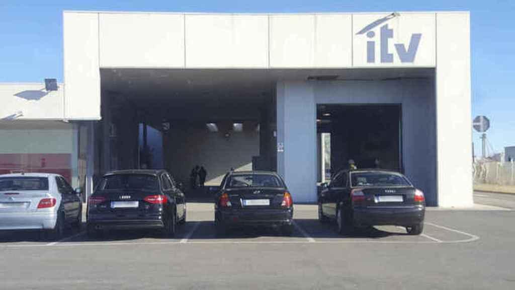 Varios coches esperan para pasar su Inspección Técnica del Vehículo.