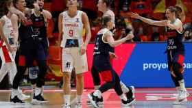 Las jugadoras de Rusia celebran su victoria ante la desolación de España