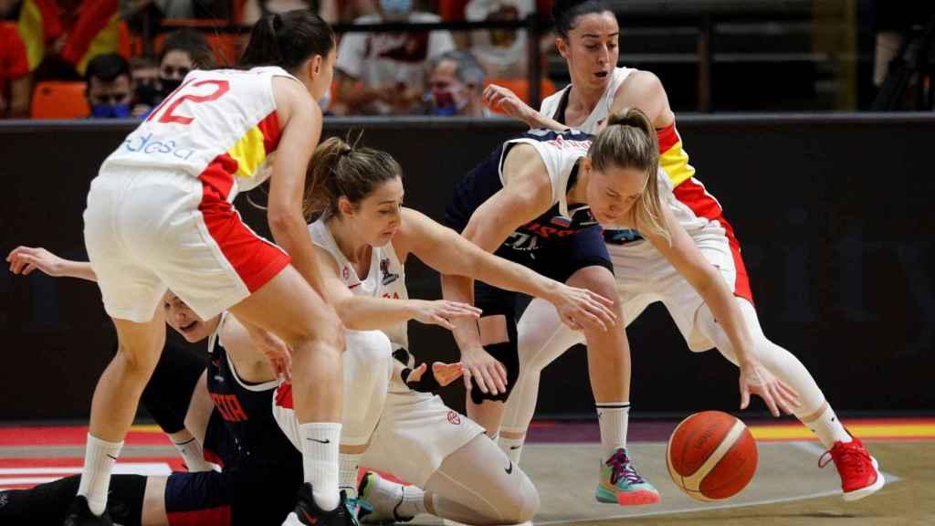 Maite Cazorla pelea un balón ante Rusia