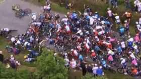 El Tour de Francia empieza con un susto brutal: caída masiva que para el pelotón en la primera etapa