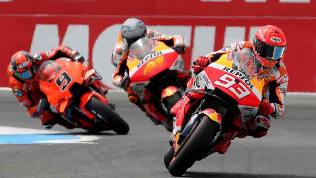 Marc Márquez deja atrás a dos pilotos en Assen