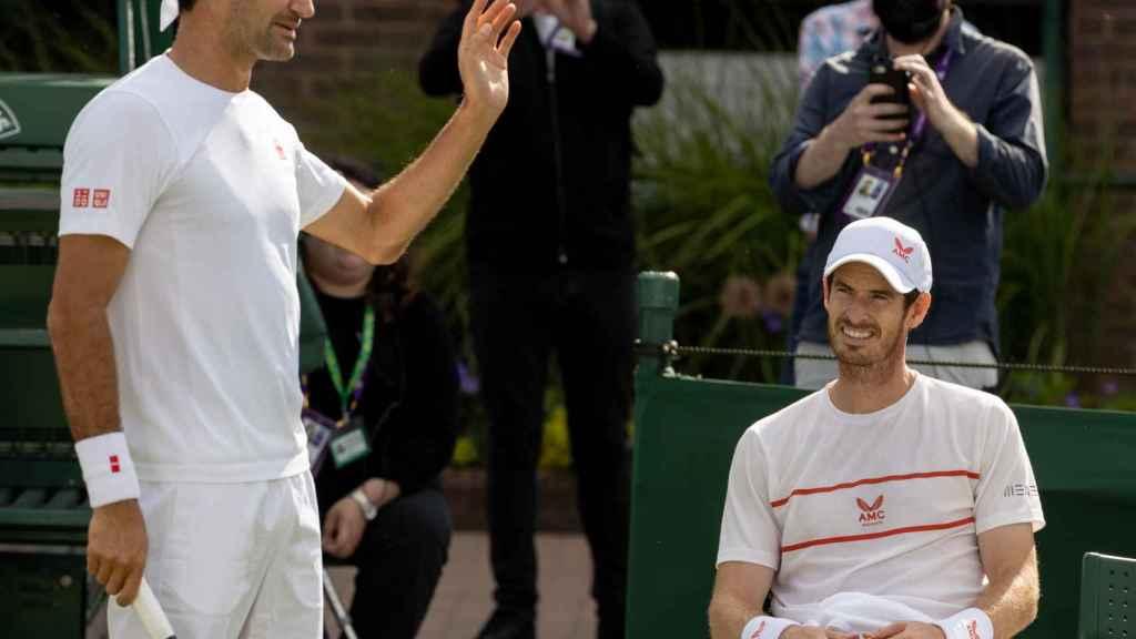 Federer en un entrenamiento con Murray en Wimbledon
