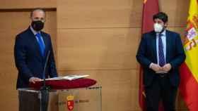 Javier Celdrán tomando posesión de su cargo bajo la atenta mirada del presidente, Fernando López Miras.