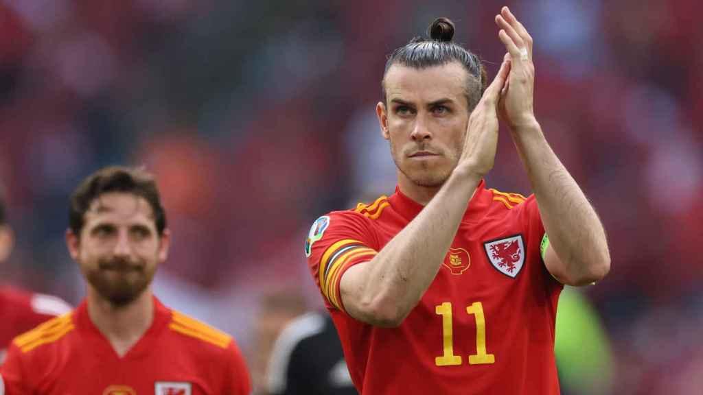 Bale aplaude a la afición con Gales