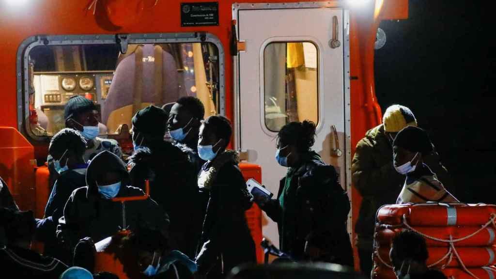 Un grupo de inmigrantes llegando a Arguineguin.