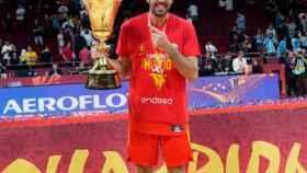 Oriola posando con el título mundial con España