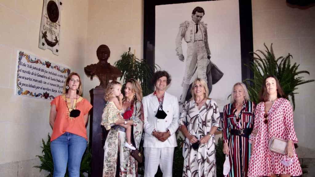 Momento en que se descubre el busto de Manzanares donado por Morante de la Puebla.