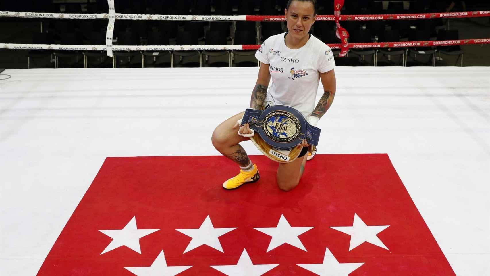 Joana Pastrana posa con la bandera de la Comunidad de Madrid y con su título