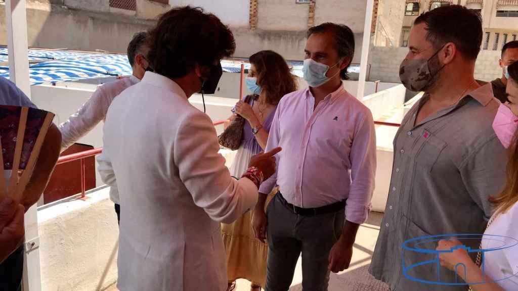 Morante junto al gerente de la plaza de Alicante, Nacho Lloret, y el político Santiago Abascal (Vox)..