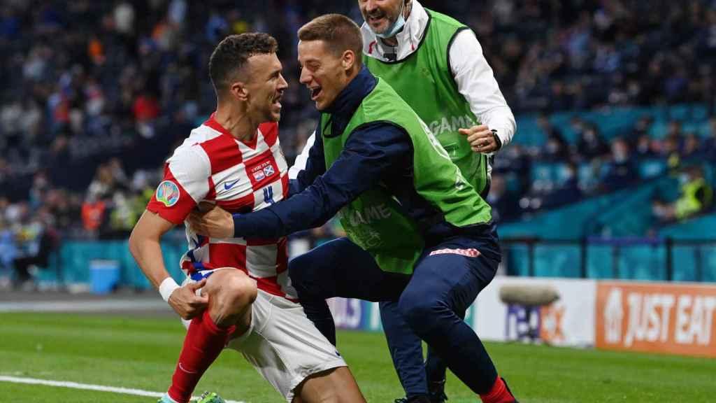 Perisic celebra un gol junto a sus compañeros de Croacia