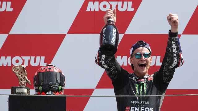 Fabio Quartararo celebra su victoria en el circuito de Assen, en el Gran Premio de Holanda.