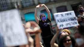 Centeneras de personas pertenecientes a organizaciones feministas se concentraron este sábado en la Puerta del Sol de Madrid.