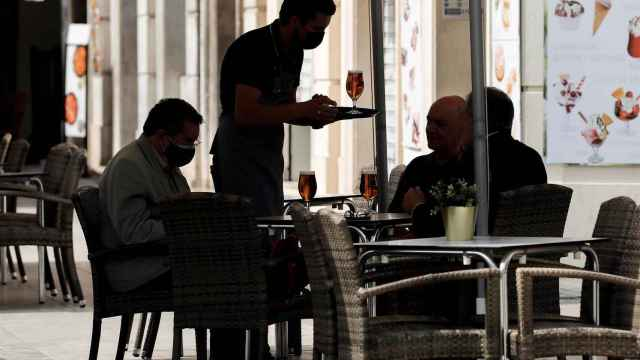 Imagen de archivo de un camarero.