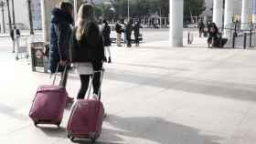 Varias personas a las afueras del aeropuerto de Palma de Mallorca.