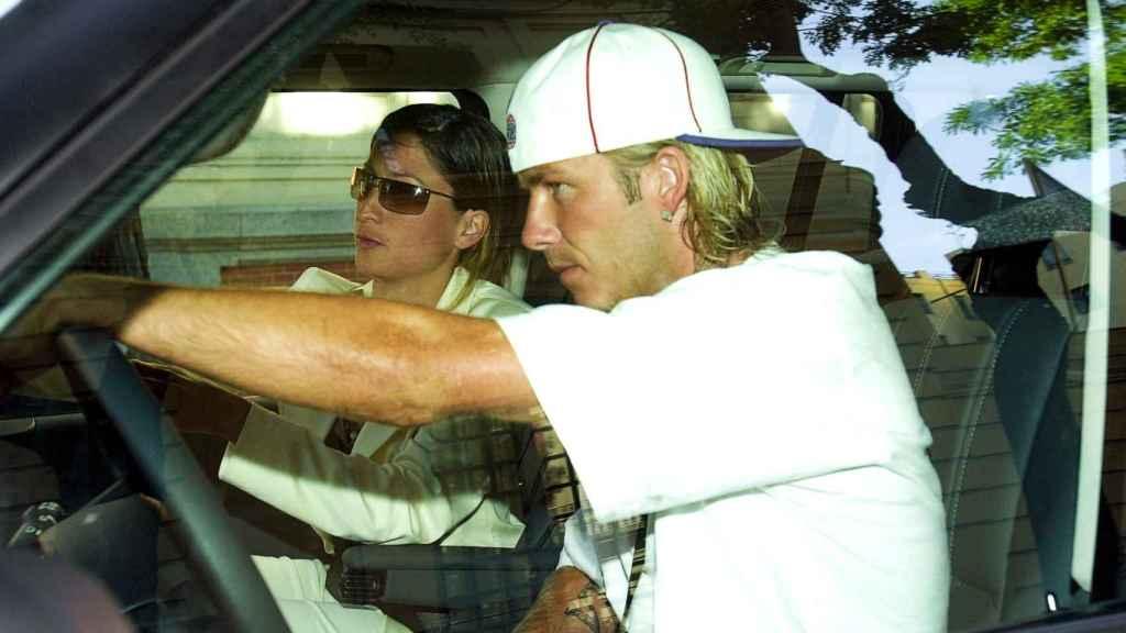 Rebecca, de copiloto en el coche junto a David Beckham.